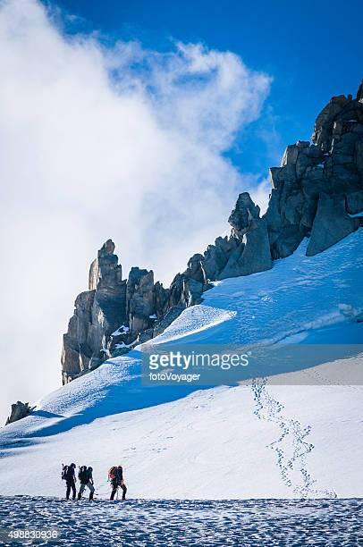 s mountaineers fijan para escalar el pico de la montaña de chamonix alpes nival - valle blanche fotografías e imágenes de stock