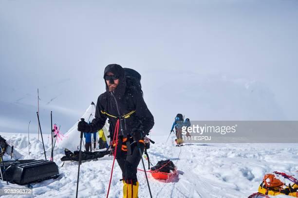 Bergbeklimmers wandelen in camp 02 op Denali.