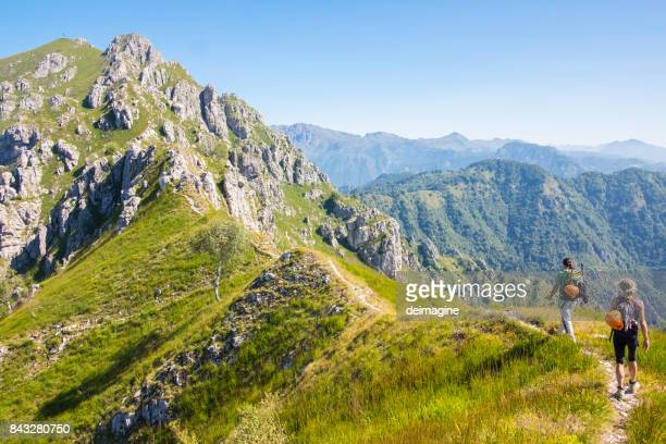 Bergsteiger auf hohen Bergweg gehen