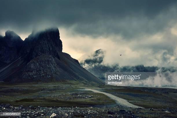 bergige küste unter bewölktem himmel. nacht - norden stock-fotos und bilder
