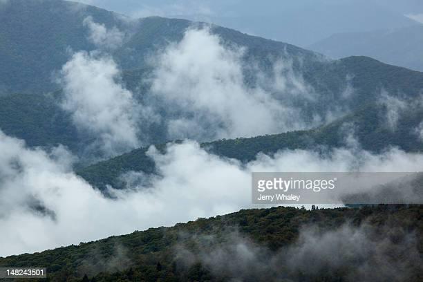 mountains and clouds from clinigmans dome - clingman's dome fotografías e imágenes de stock