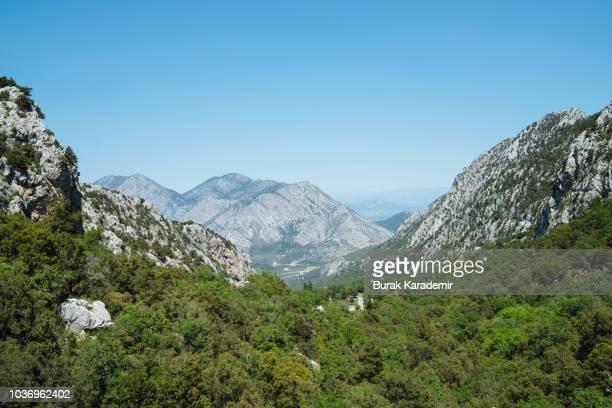 mountains and forest - paisajes de peru fotografías e imágenes de stock