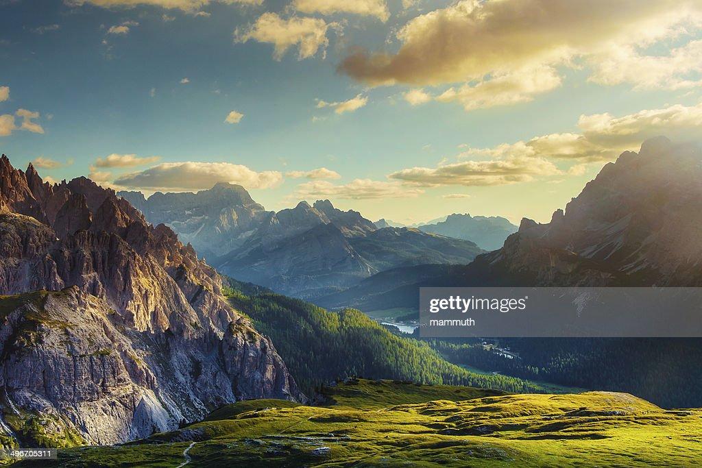 山々と渓谷の夕暮れ : ストックフォト