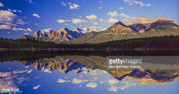 mountains of the canadian rockies in banff np(11,000pxl) - canadian rockies stockfoto's en -beelden