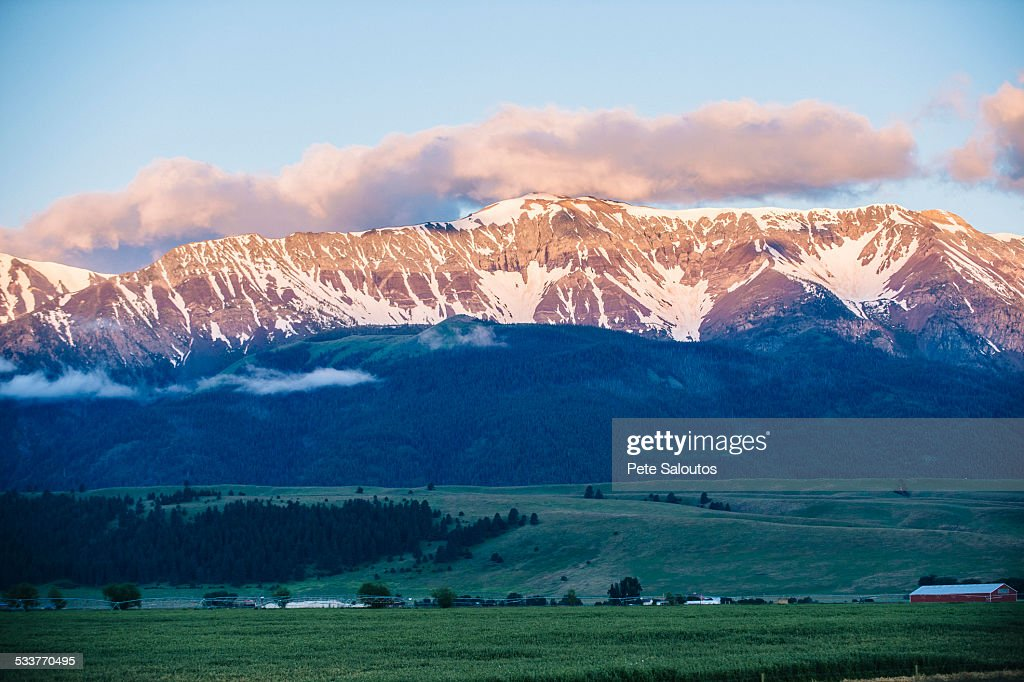 Mountains over farmlands in rural landscape : Foto stock