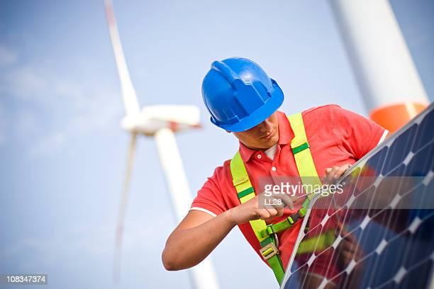 un bastidor de montaje en panel solar - panel solar fotografías e imágenes de stock