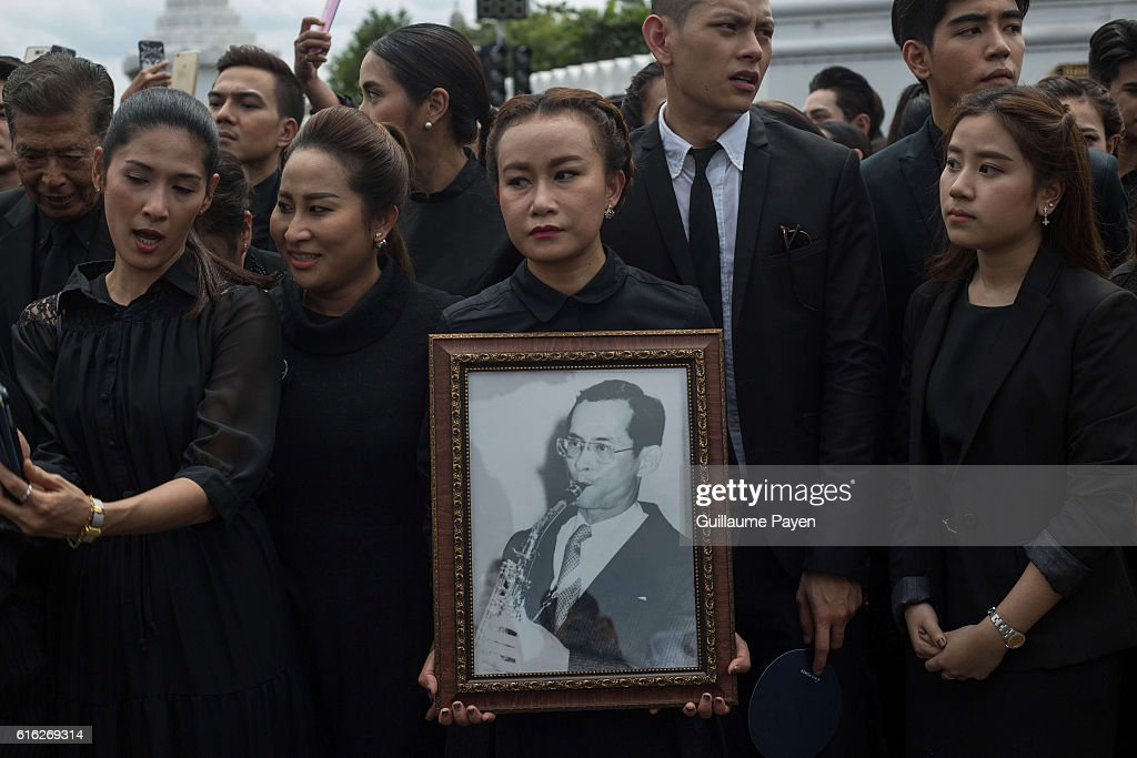 Mourners dressed in black gather around the Grand Palace as they attends to perform the Royal Anthem at Sanam Luang. More than 100.000 mourners from across Thailand came during the long week end holiday to sing the Thai Royal Anthem to pay respect to the late Thailand King Bhumibol Adulyadej who passed away on October 13, 2016 at Siriraj Hospital. Thai King Bhumibol Adulyadej was the world's longest reigning monarch and died at the age of 88 after a long illness since several years, he was the most unifying symbol for Thai people and leaving behind him a divided country under military control.