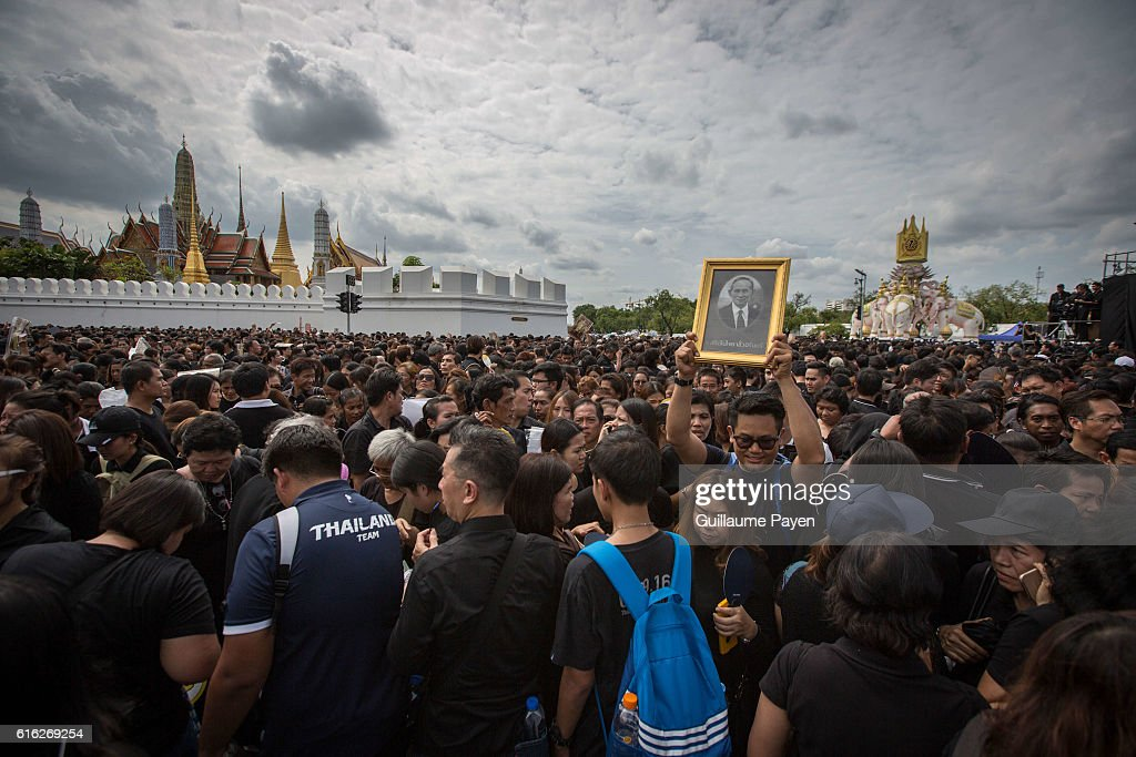 Mourners dressed in black perform the Royal Anthem at Sanam Luang front of the Grand Palace. More than 100.000 mourners from across Thailand came during the long week end holiday to sing the Thai Royal Anthem to pay respect to the late Thailand King Bhumibol Adulyadej who passed away on October 13, 2016 at Siriraj Hospital. Thai King Bhumibol Adulyadej was the world's longest reigning monarch and died at the age of 88 after a long illness since several years, he was the most unifying symbol for Thai people and leaving behind him a divided country under military control.