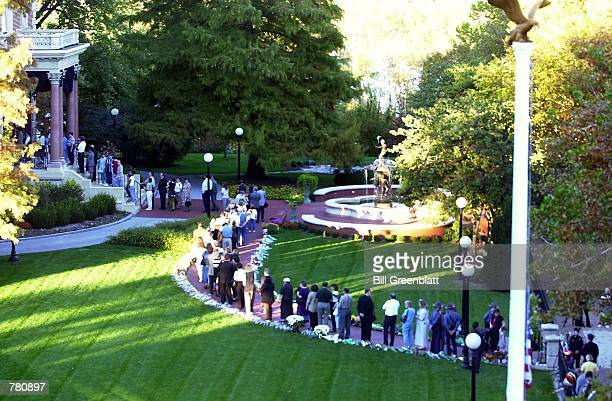 Mourners file into the Governor's mansion to view the casket of the late Governor Mel Carnahan October 19 2000 in St Louis Carnahan was killed in a...