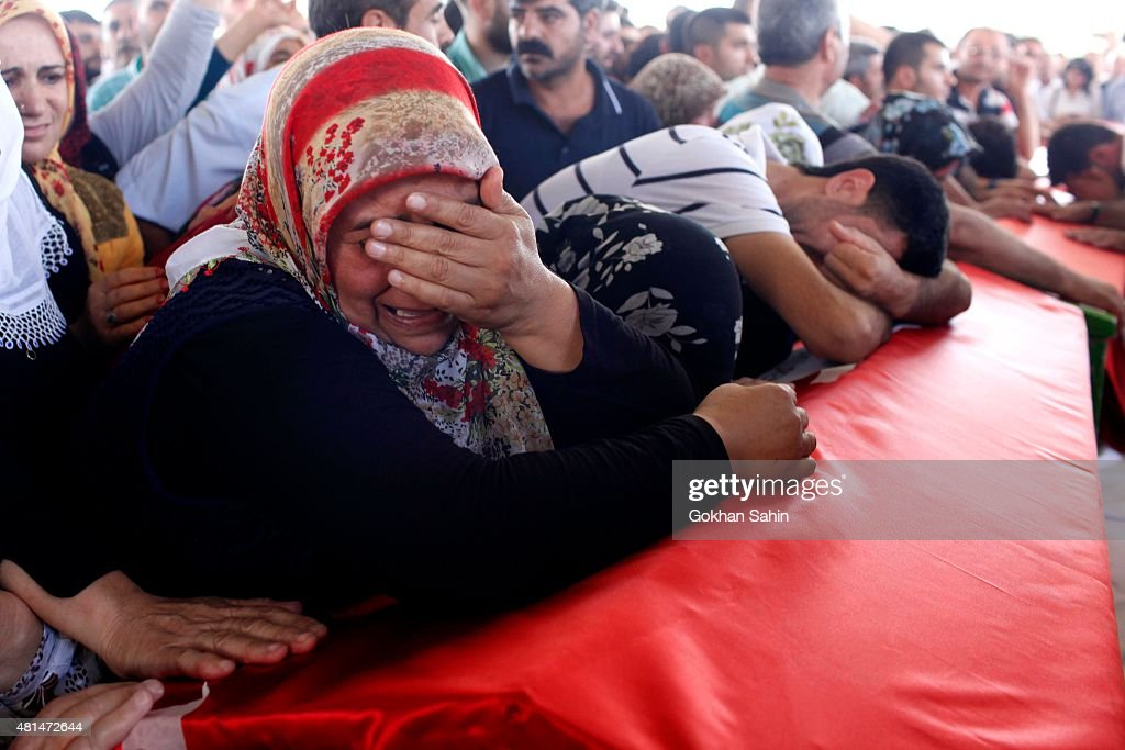 Mourners Attend The Funerals Of Those Killed In The Turkish Bomb Blast : Fotografia de notícias
