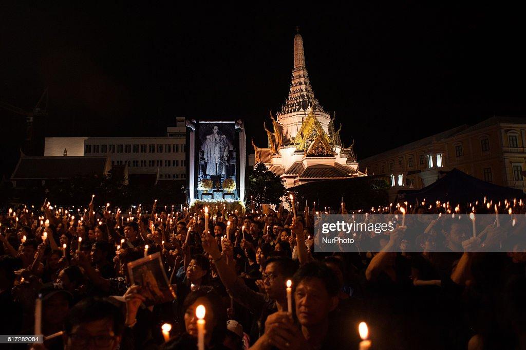 Thais mourners gathers to perform Royal Anthem to mark passing on King Bhumibol Adulyadej : News Photo