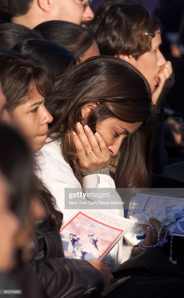 Mourners hold rosary beads and programs as they grieve durin : News Photo