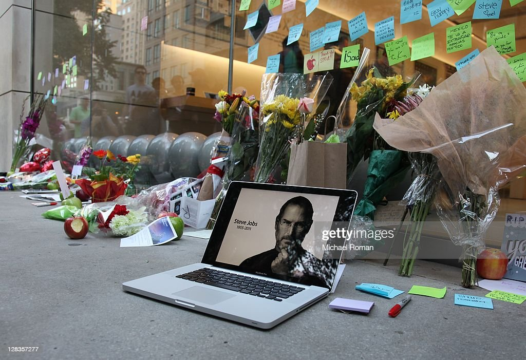 Mourners Remember Steve Jobs In Chicago : News Photo