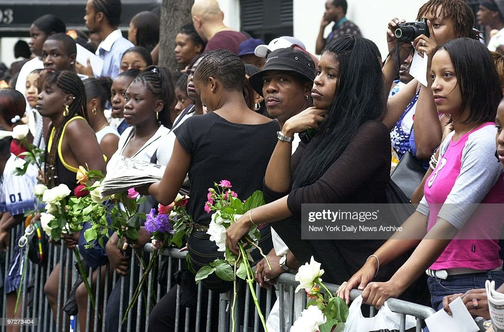 Mourning fans line the streets outside St. Ignatius Loyola R : News Photo