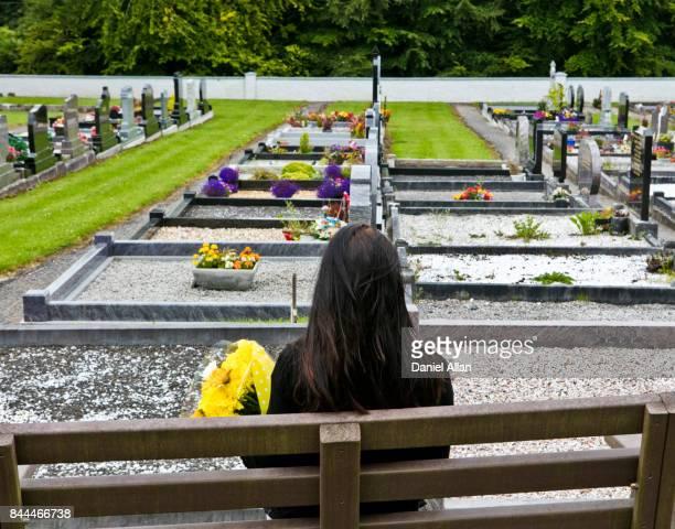 mourning in cemetary - grab stock-fotos und bilder