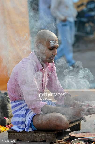 CONTENT] mourning ritual in Ujjain near the Shipra river