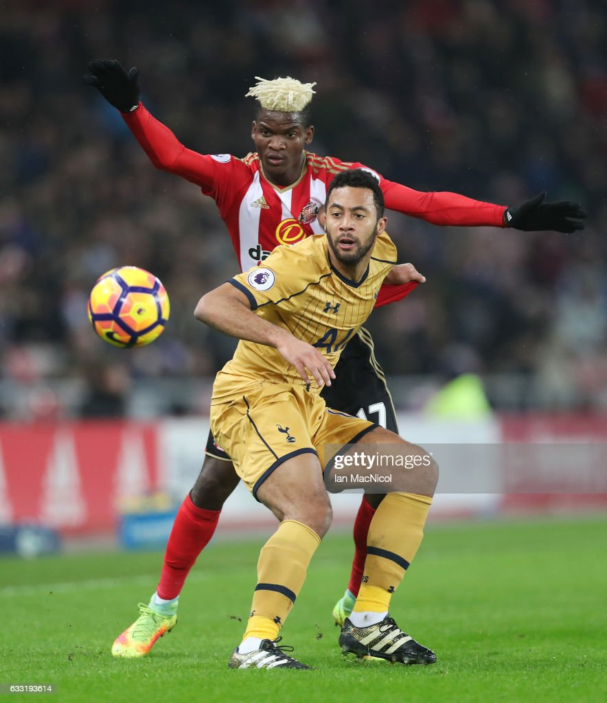 Mousa Dembele of Tottenham Hotspur controls the ball under pressure of Dider Ndong of Sunderland during the Premier League match between Sunderland and Tottenham Hotspur at Stadium of Light on January 31, 2017 in Sunderland, England.