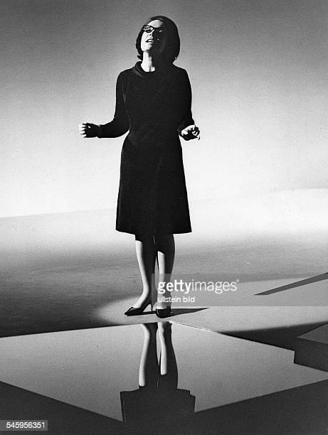 Mouskouri, Nana *-Saengerin, , Griechenland- bei einem Fernsehauftritt auf der Buehne- undatiert, vermutl. Anfang der 1960er Jahre