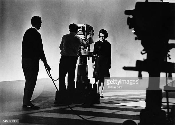 Mouskouri Nana *Saengerin Griechenland Kameramann filmt NM bei einem Fernsehauftritt auf der Buehne undatiert vermutl Anfang der 1960er Jahre