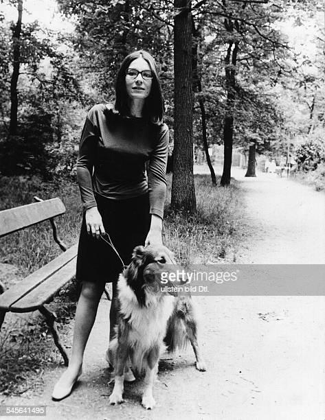 Mouskouri Nana *Saengerin Griechenland mit einem Collie im Park 1972