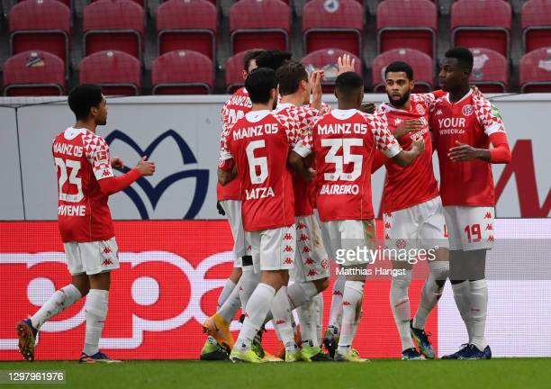 Moussa Niakhate of 1. FSV Mainz 05 celebrates with teammates after scoring his team's first goal during the Bundesliga match between 1. FSV Mainz 05...