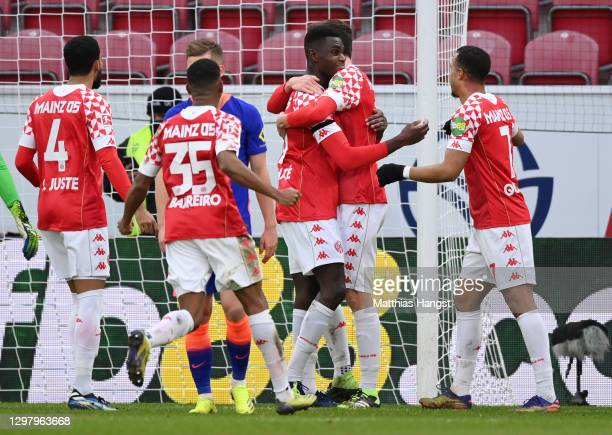 Moussa Niakhate of 1.FSV Mainz 05 celebrates with teammates after scoring their team's second goal during the Bundesliga match between 1. FSV Mainz...