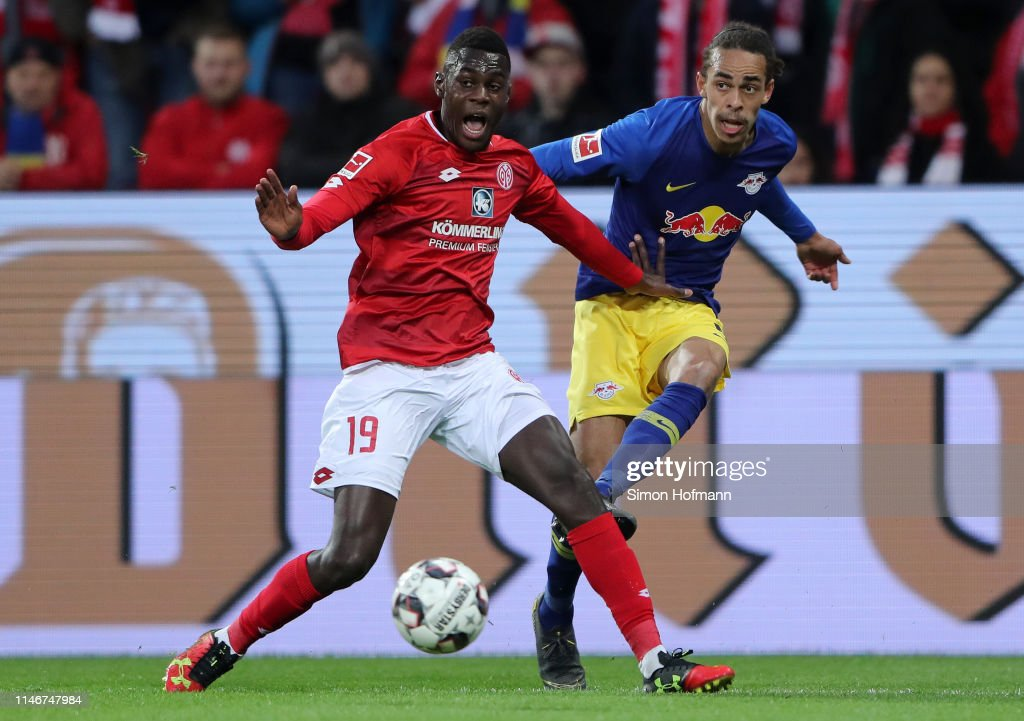 Moussa Niakhate of FSV Mainz battles for possession with Yussuf... News  Photo - Getty Images