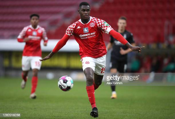 Moussa Niakhate of Mainz controls the ball during the Bundesliga match between 1 FSV Mainz 05 and Borussia Moenchengladbach at Opel Arena on October...