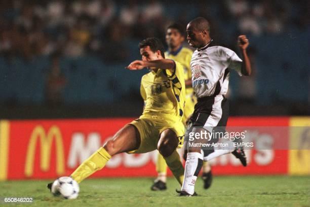 Moussa Saib of Al Nassr gets ahead of Edilson of Corinthians