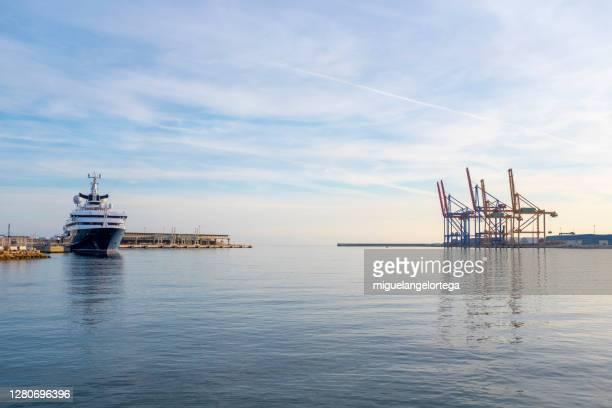 mouth of the port of málaga - dársena fotografías e imágenes de stock