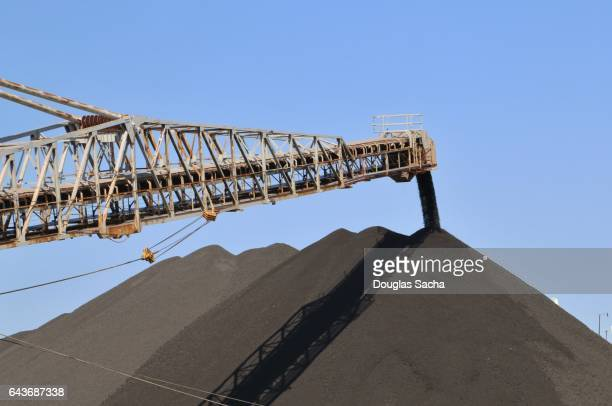 Movable conveyor unloads piles of aggregate material