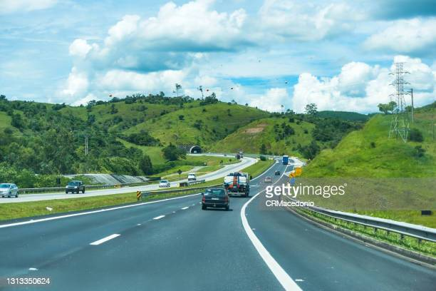 movement of cars and trucks on highway carvalho pinto. - crmacedonio photos et images de collection