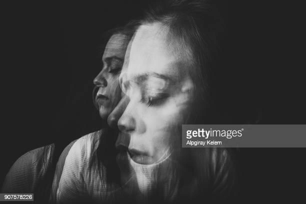 movimiento de la luz. retrato mujer hermosa - desequilibrio fotografías e imágenes de stock