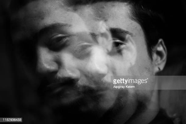 beweging van het licht. portret van een jonge man - bewustwording over geestelijke gezondheid stockfoto's en -beelden