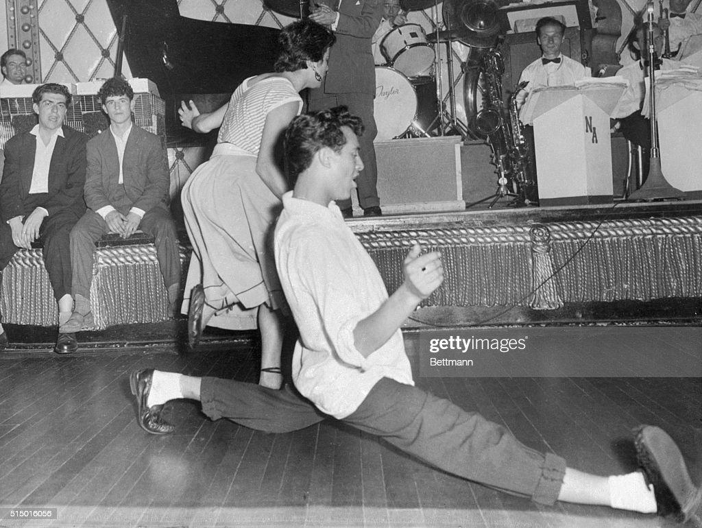 Teenage Couple Dancing to Rock'n Roll : News Photo