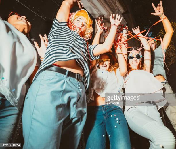 movida mega feest in de straten: vrienden gaan wild vieren covid-19 lockdown einde - jeugdcultuur stockfoto's en -beelden