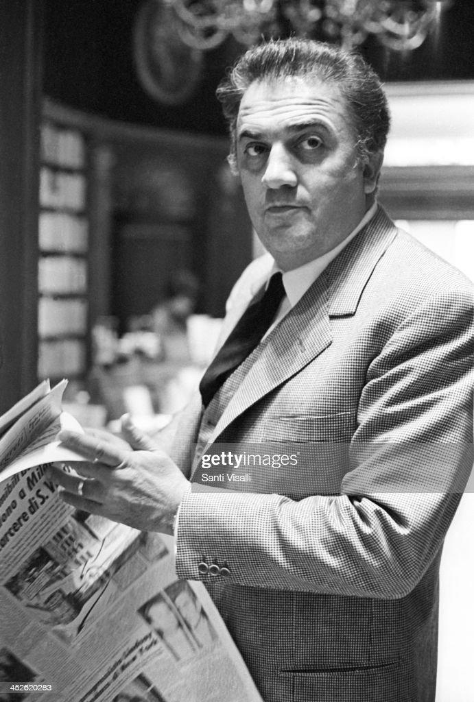 Movie Director Federico Fellini Reading A Newspaper : ニュース写真