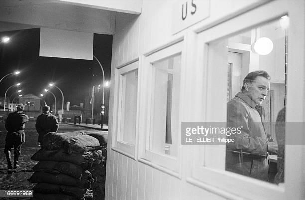 Movie Film 'L'Espion Qui Venait Du Froid' By Martin Ritt En mars 1965 de nuit l'acteur Richard BURTON à droite dans le décor d'un poste frontière à...