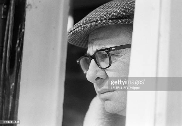Movie Film 'L'Espion Qui Venait Du Froid' By Martin Ritt En mars 1965 le réalisateur Martin RITT de profil derrière une vitre dans le décor d'un...