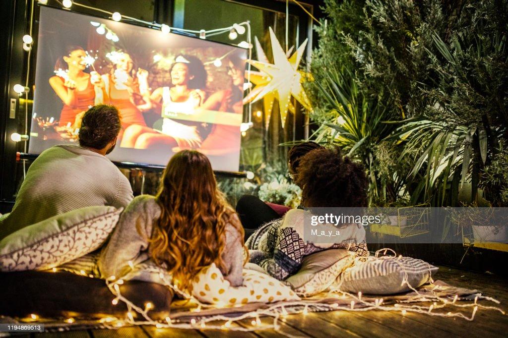 裏庭での映画の夜 : ストックフォト