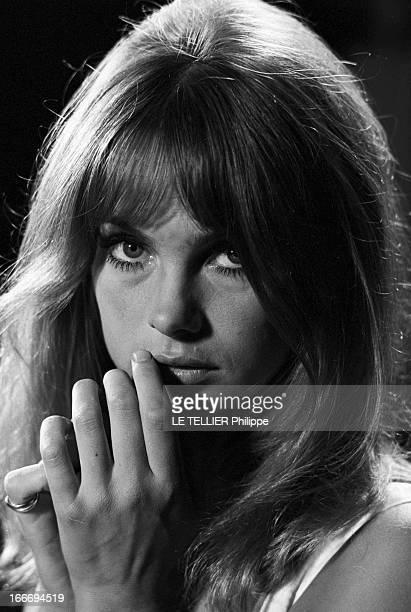 Movie 'Privilege' By Peter Watkins With Jean Shrimpton And Paul Jones En Aout 1966 portrait du mannequin anglais Jean SHRIMPTON les mains près du...