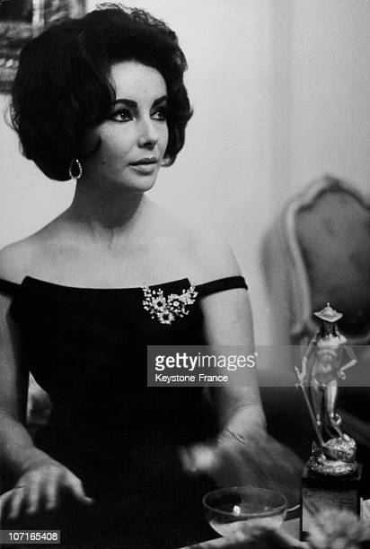 Movie Star Liz Taylor and her trophy during the ceremony in January 1962 in Rome Italy