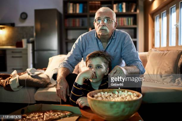 movie time - family watching tv stock pictures, royalty-free photos & images