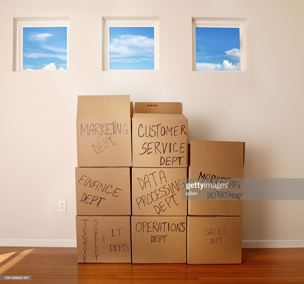 Moving boxes in empty room : Foto de stock