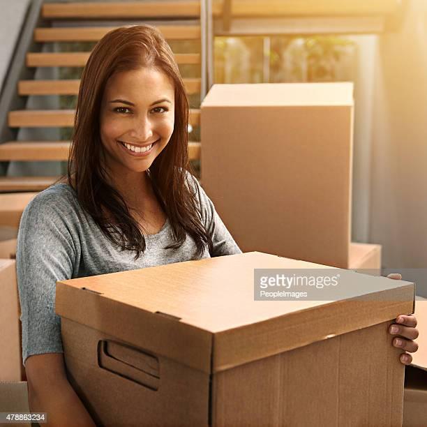 mover e movendo-se para cima - só uma mulher jovem - fotografias e filmes do acervo