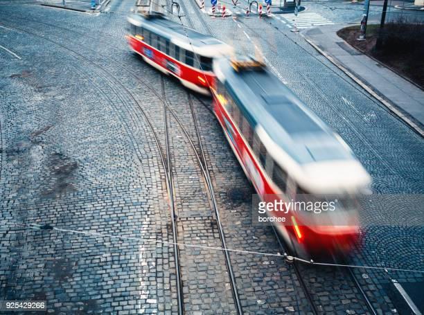 Bewegliche rote Straßenbahn in Prag