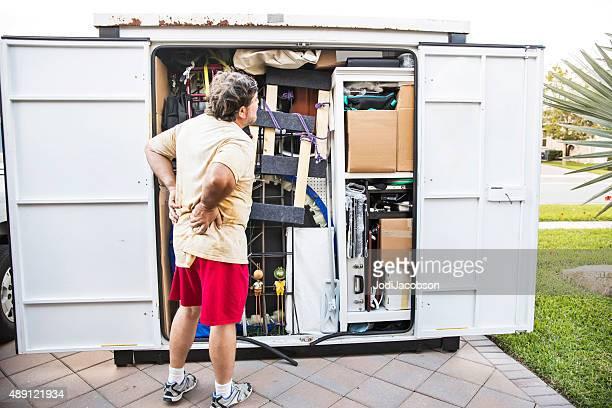 Mouvement de série : Caucasien homme a mal de dos après emballage bouger container