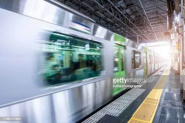 moving train - 地下鉄のプラットホーム ストックフォトと画像