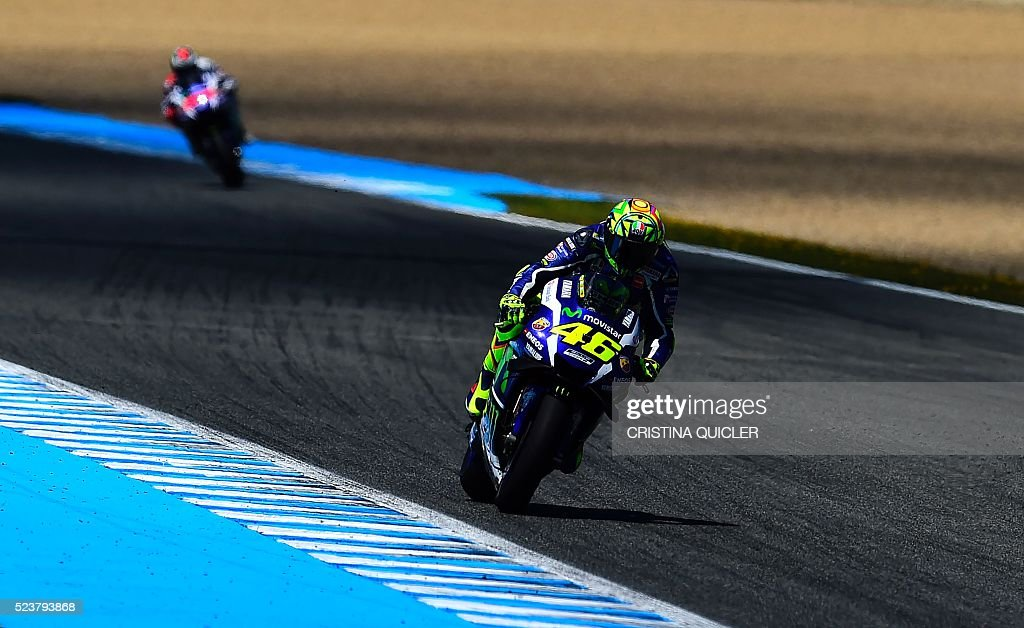 Movistar Yamaha MotoGP's Italian rider Valentino Rossi (R) competes in the MotoGP race of the Spanish Moto Grand Prix at the Jerez racetrack in Jerez de la Frontera on April 24, 2016. / AFP / CRISTINA