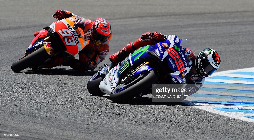 Movistar Yamaha MotoGP's Spanish rider Jorge Lorenzo (R) competes with Repsol Honda Team's Spanish rider Marc Marquez during the MotoGP race of the Spanish Moto Grand Prix at the Jerez racetrack in Jerez de la Frontera on April 24, 2016. / AFP / CRISTINA